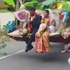 жених с невестой в ковше экскаватора