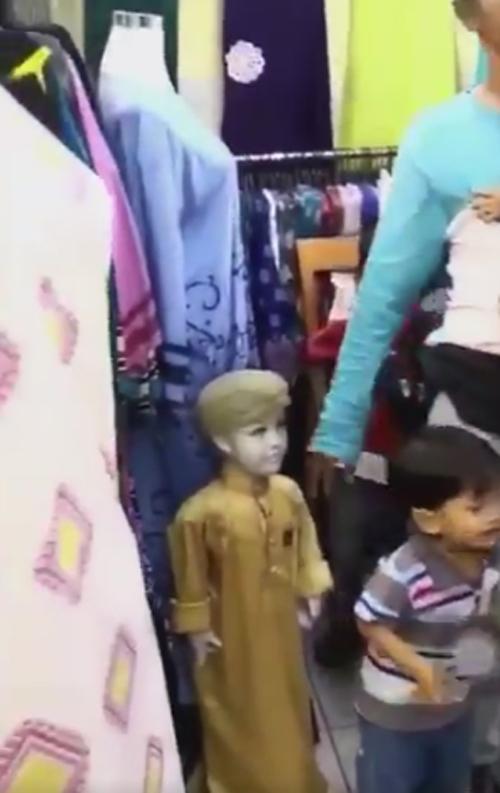 отец перепутал сына с манекеном