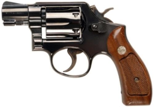 мужчина с тату в виде пистолета