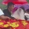 невеста в ковше погрузчика