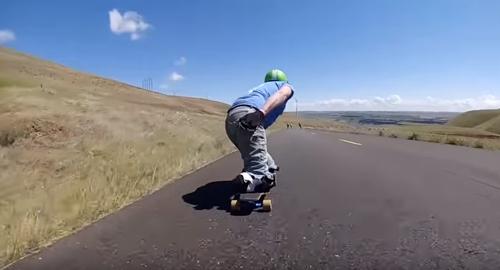 скейтбордист без обеих ног