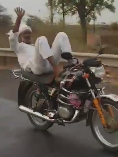 пожилой трюкач на мотоцикле