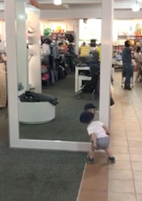 любопытный малыш и его отражение