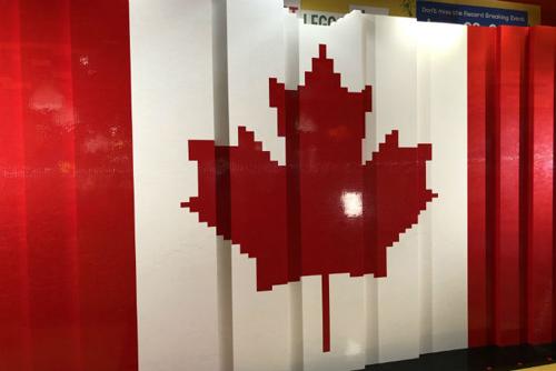 огромный канадский флаг