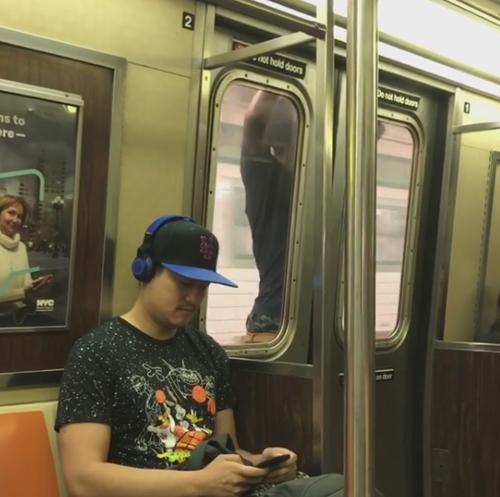 безрассудный смельчак в метро