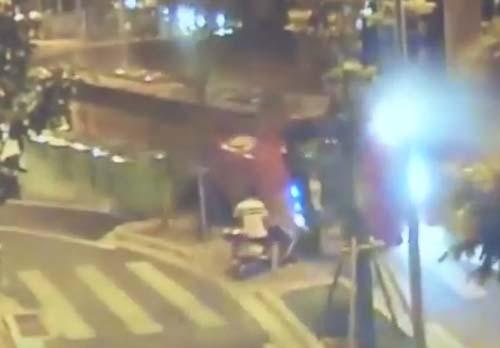 везучий мужчина на скутере
