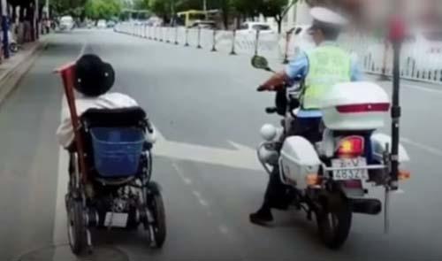 полицейские помогли старику