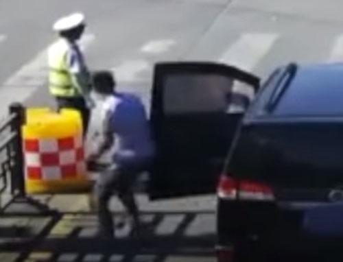 водитель дал воду полицейскому