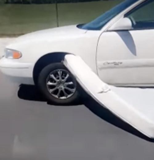 матрас застрял в машине