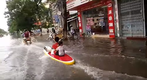развлечение на затопленной улице