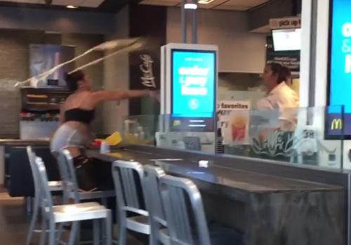 официантка избила посетительницу