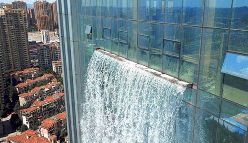 небоскрёб с водопадом