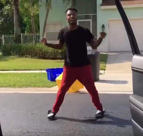 танцующий мужчина попал под машину