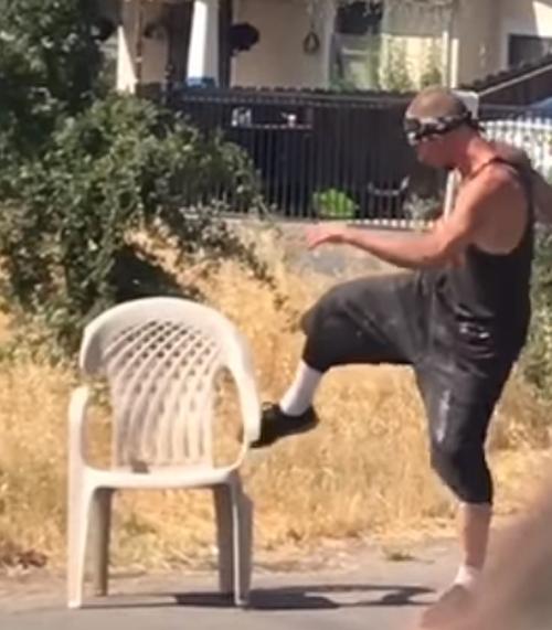 сломанное пластиковое кресло
