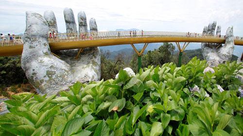мост с гигантскими руками