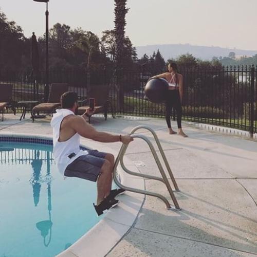 мужчины фотографируют подруг