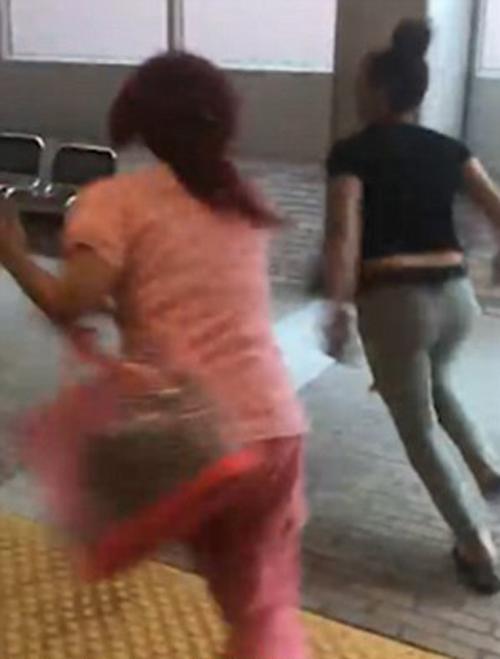 девушка-расистка украла телефон