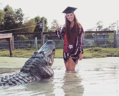 фото студентки с аллигатором