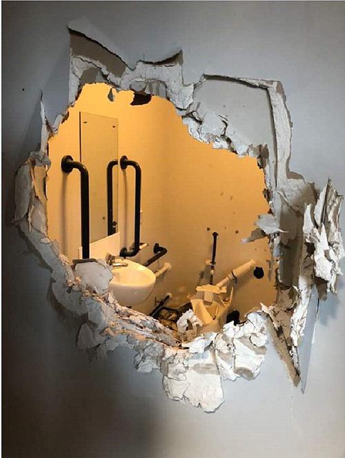 война со стеной туалета
