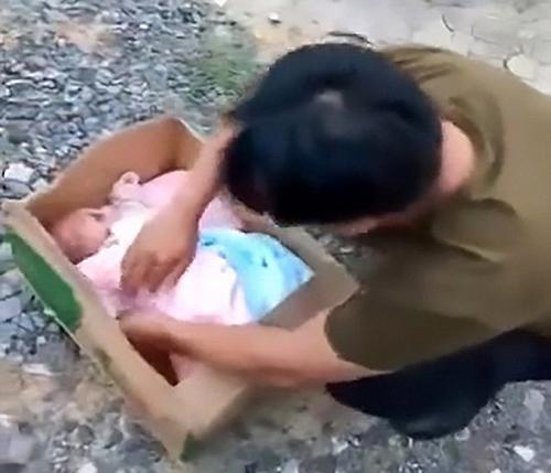 младенец в картонной коробке