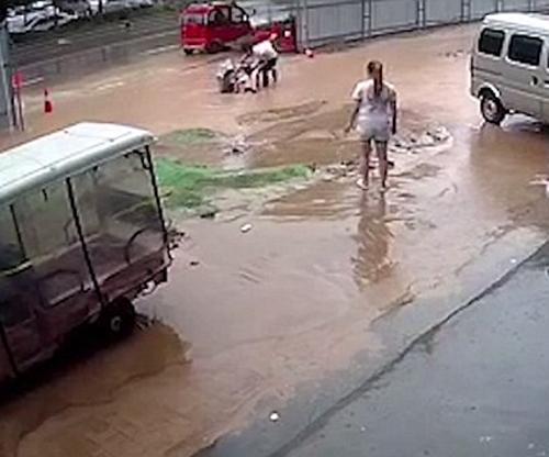 девочки чуть не утонули в яме