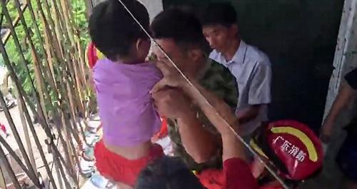 девочка застряла в решётке
