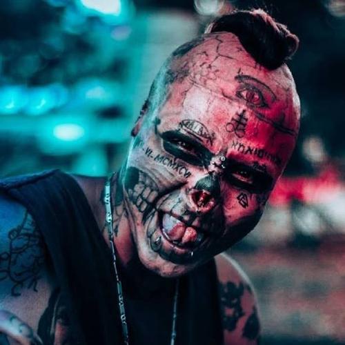 татуировщик выглядит как череп