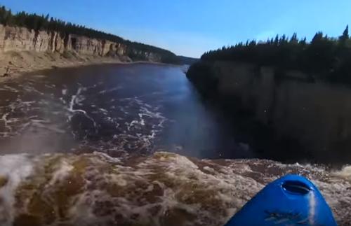 каякер прыгнул с водопада