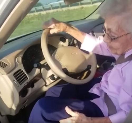 помощь пожилой водительнице