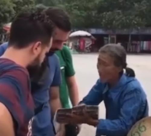 старушка изучила иностранные языки