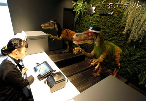 роботы-динозавры в отеле