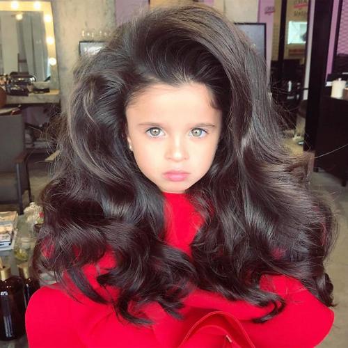 девочка с роскошными волосами