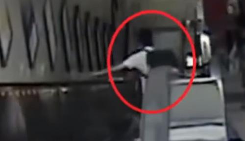 женщины упали на эскалаторе