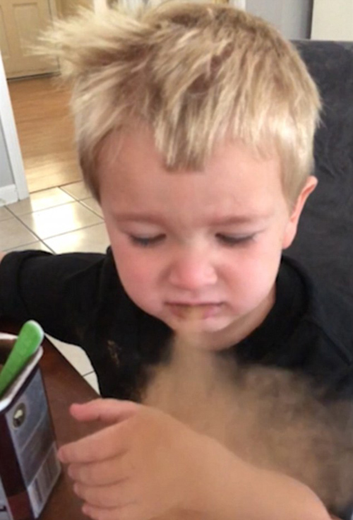 мальчик пробует какао-порошок