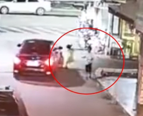 девочка попала под машину