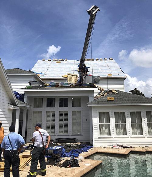 кран упал на крышу дома