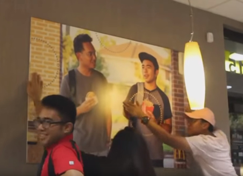 плакат на стене ресторана