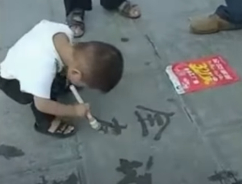 малыш научился каллиграфии