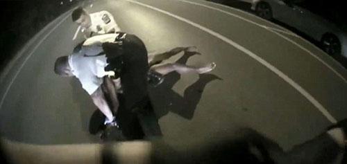 мужчину ударили электрошокером