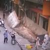 вывеска упала на пешеходов