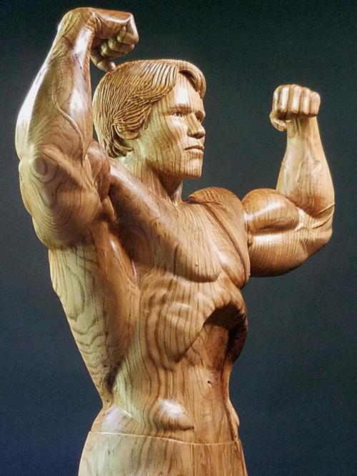 скульптура из дубового ствола