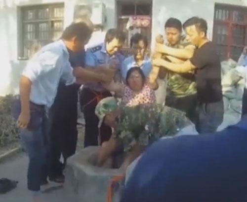 женщину спасли из колодца