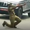 полицейский танцует на дороге