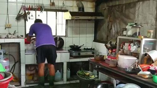 домовладельцы в резиновых сапогах