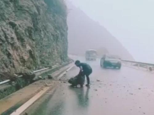 большой камень на дороге
