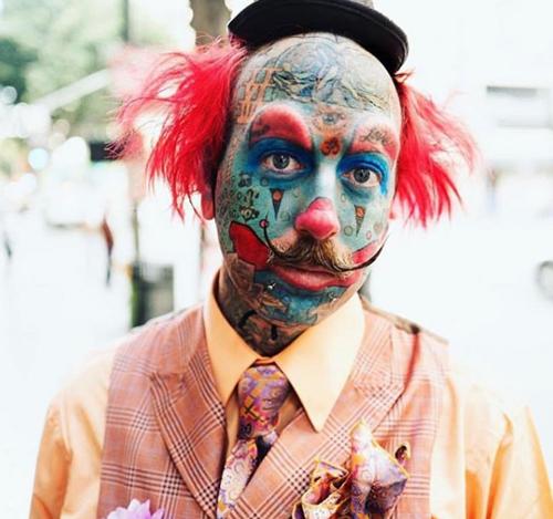 мужчина выглядит как клоун