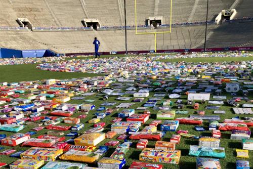 товары выложили на стадионе