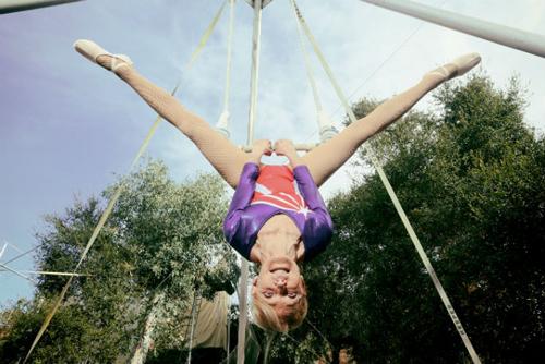 отважная гимнастка на трапеции