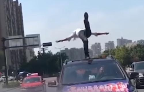 акробатическое шоу на крыше машины