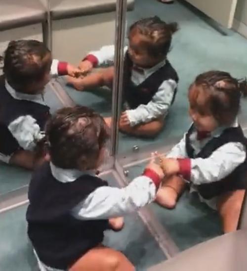 малыш и его зеркальное отражение